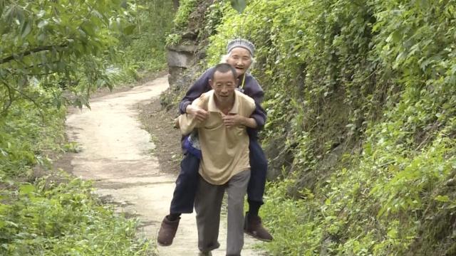 他照顾115岁岳母40年:每周都磨豆花