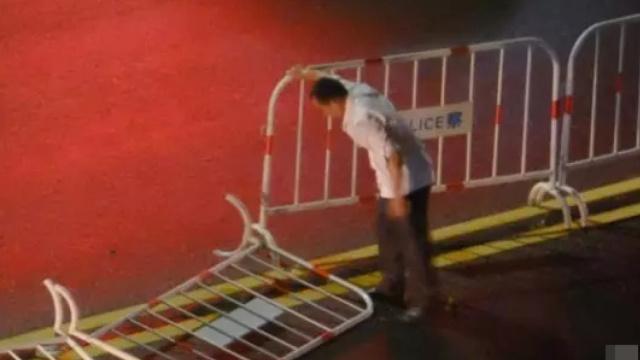 台风吹倒百米护栏,白衣男一一扶起