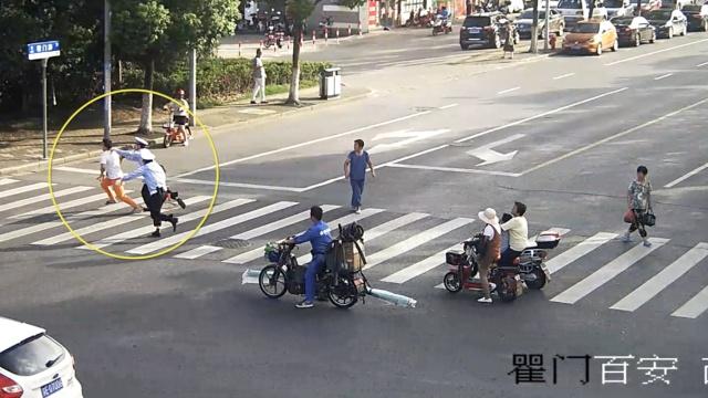 他骑车违章撞辅警,装认罚伺机逃跑