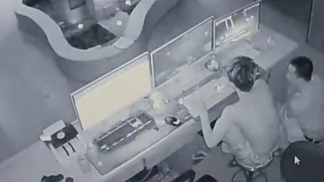他送完女友偷白酒,事后看附近监控