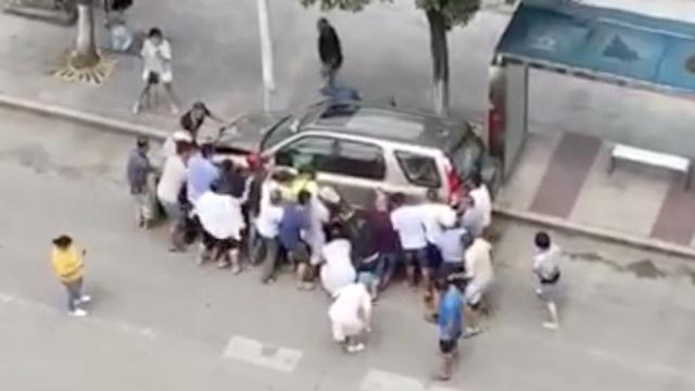 险!男子被压车下,众人抬车救人