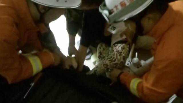 女童脚被卡,哭着对消防说:你们慢点