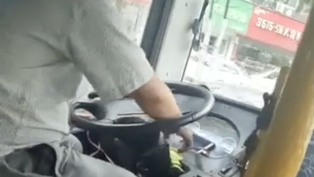 危险!公交司机开车干这事儿被劝退