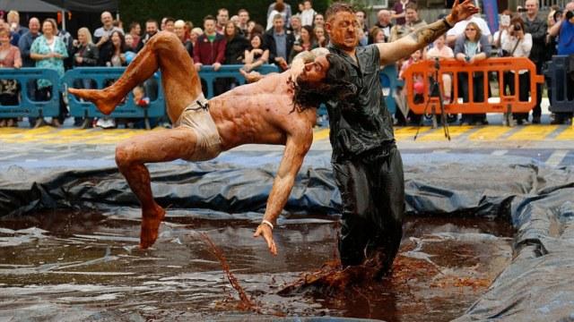世界肉汁摔跤大赛:用了1500升肉汁