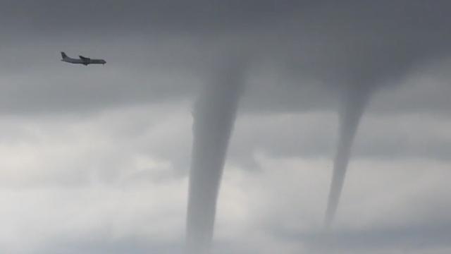 稳!俄飞机绕过3股龙卷风安全着陆