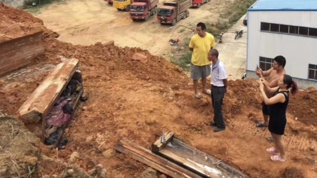 湖南工地挖出明清棺木,遗体完好