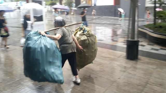 雨中山城女棒棒,快步疾走不输男