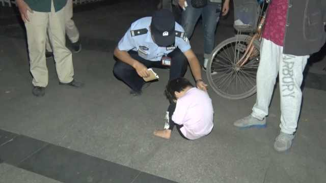 4岁娃出门找妈妈迷路,抱腿不说话
