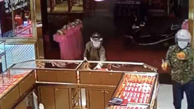 监控:2男子冲入金店,砸柜台抢金饰