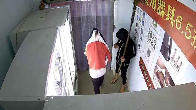 2小伙拿扫帚挡监控,夜盗成人用品店