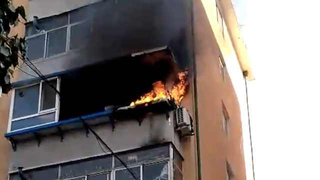 居民家天然气爆燃,小伙4楼被炸坠楼