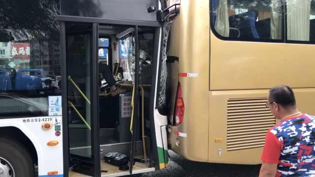 开车看手机?公交司机追尾,还骂群众