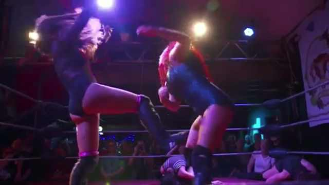 女子摔角选手:说假的人,跟我练练