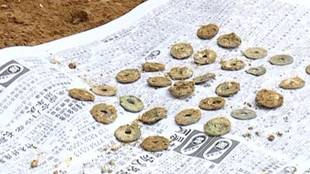 工地现千年神秘古墓,内有32枚古币