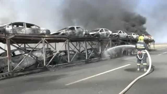 拖挂车高速起火,12小车被烧成空架