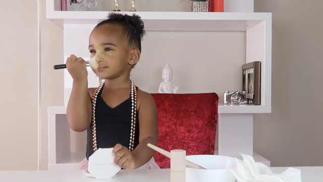 两岁萌娃奶声教化妆,蕾哈娜被逗乐