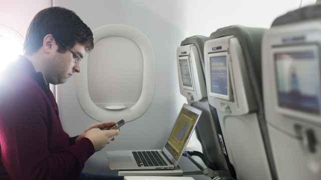 飞机上能玩手机?春秋航空:最快明年