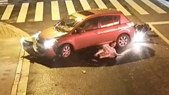 新手司机倒车,油门当刹车连撞2车