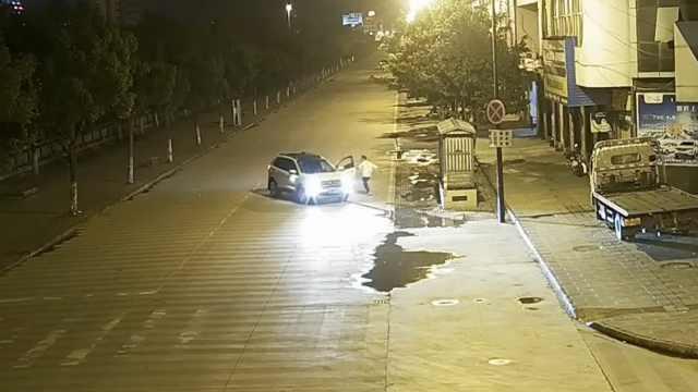 他停车挂倒挡,溜车后追上错踩油门