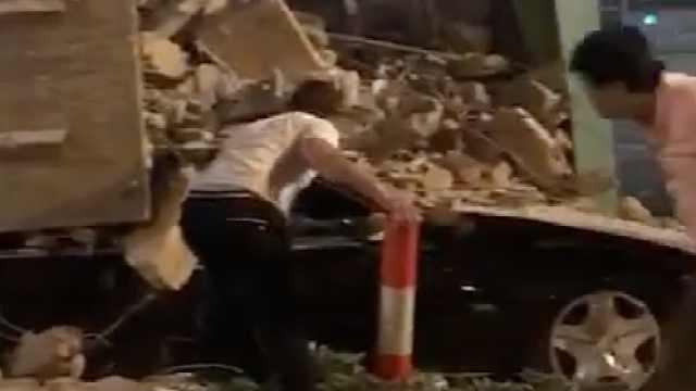监拍:渣土车撞奔驰车,奔驰遭压扁