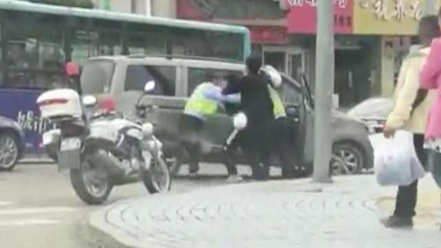司机不让行人被罚,一言不合打辅警