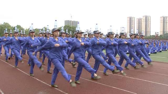 3000新生军训汇演,顶矿泉水踢正步