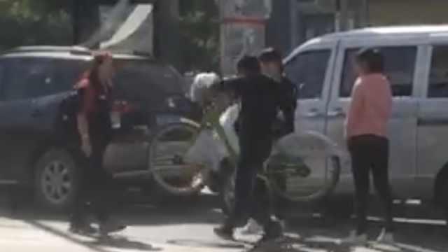 疑因2元停车费,男子怒摔收费员单车