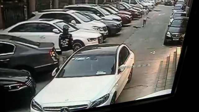 女子致电奔驰车主挪车,再偷偷划车