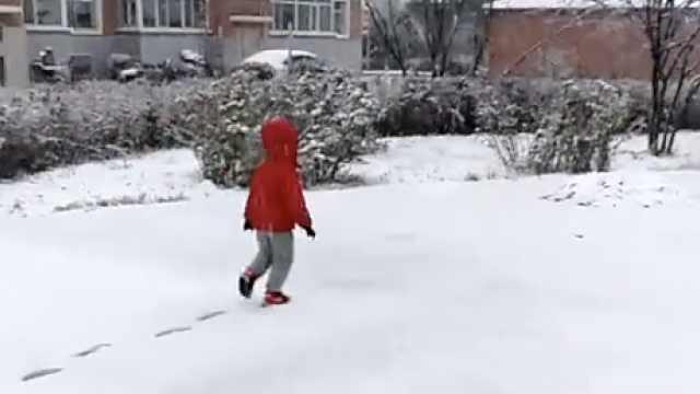 大兴安岭降大雪,孩子雪中留下脚印