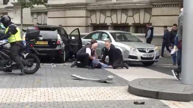 英汽车冲撞致11伤,不确定是否恐袭