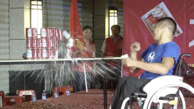 轮椅小伙游泳飞快,还能掷扑克破罐