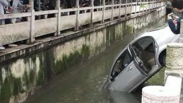 女司机驾车扎进河,从后座狼狈爬出