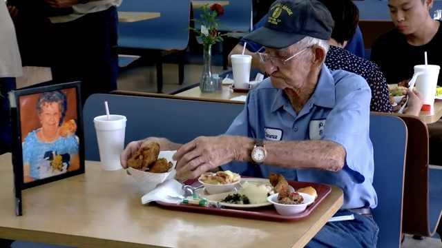 妻子去世4年,93岁老伴携遗像进餐