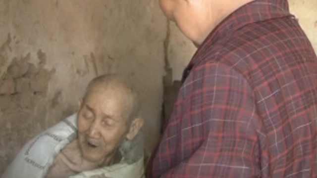 农妇照顾同村瘫老人,喂食倒尿16年