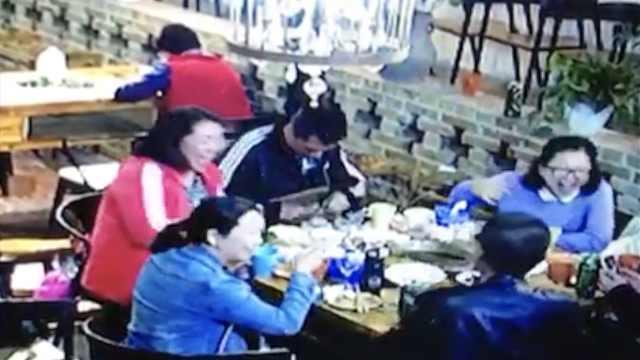 食客当孩子面偷饭店盆栽,开怀大笑