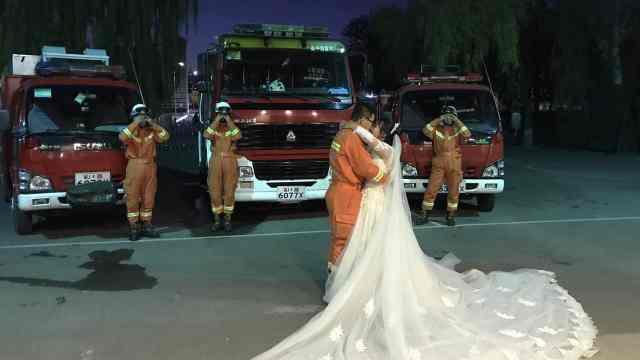 消防员执勤间隙拍婚纱照,战车上阵