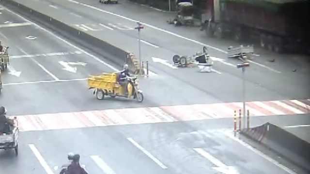 货车过人行道未减速,引4车连环撞