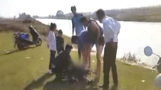 8岁男孩落水,5小伙跳湍急河中救人