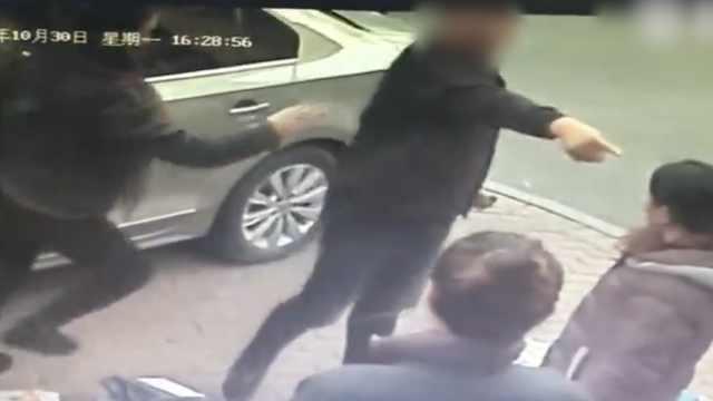 男子驾车疑碾到快递,口角后竟打人