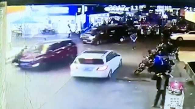 吓!轿车撞飞路人,又将小车怼进药店