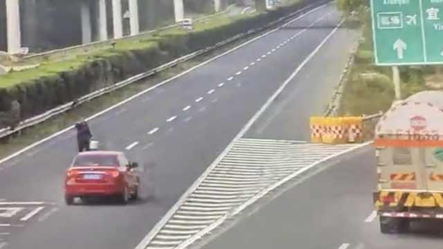 提锅大叔高速快车道拦车,翻隔离带