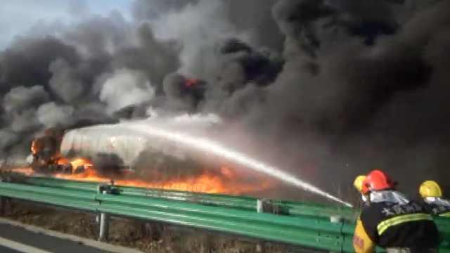 油罐车高速起火,地面烧出一条火龙