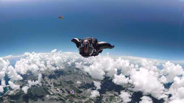高空跳伞!他们张开翅膀在云间飞翔