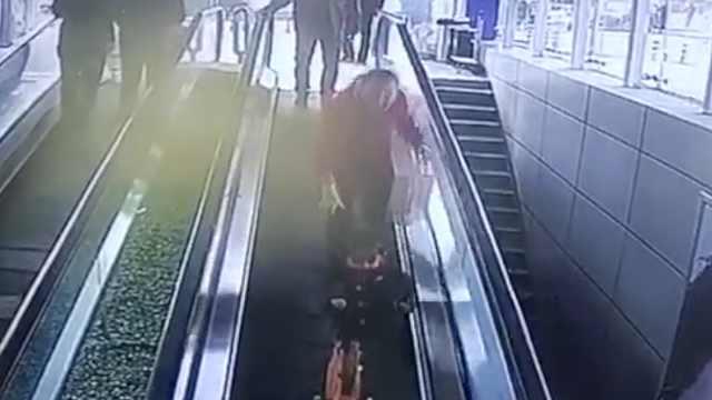 3岁女童踩滑板下扶梯,被夹断手指