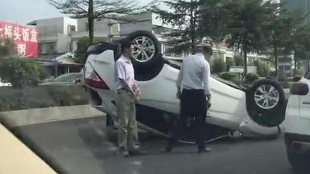 险!小车突怼路基翻转180°,司机没事