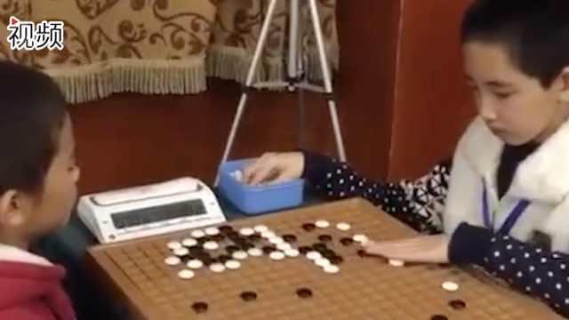 盲童棋手下棋手摸定位 领跑升段赛