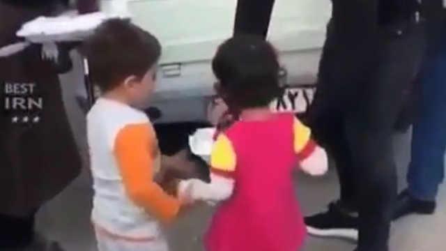 地震之后,男孩带小女孩领救济食物