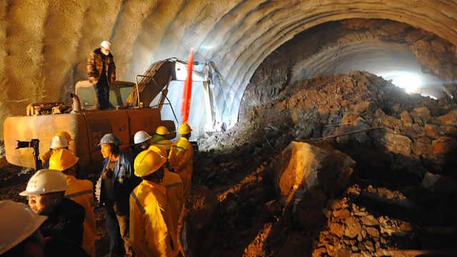 京张高铁首条隧道提前两个月贯通