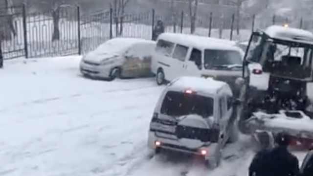 俄罗斯大雪,汽车打滑后漂移连环撞
