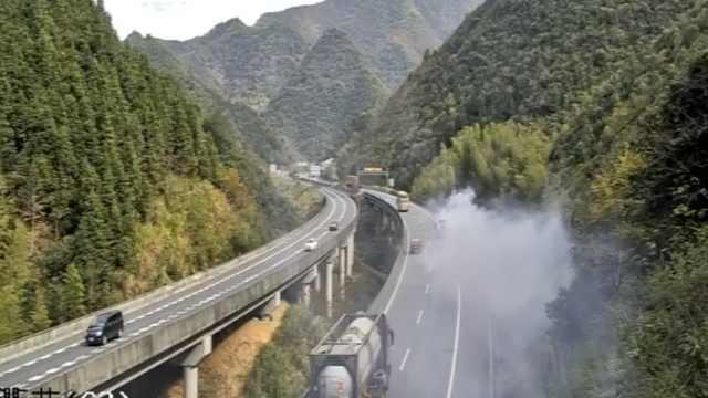 险!危化品车冒浓烟,高速上一团迷雾